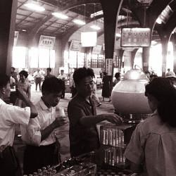 駅構内でジュースを一杯