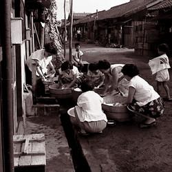長屋の洗濯風景(昭和30年)